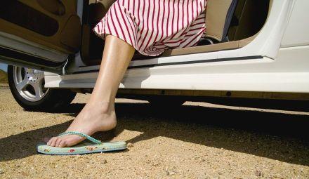 Autorijden met slippers: ben je wel verzekerd?